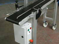 Belt conveyor with variable speed control